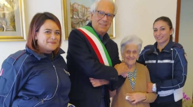 Castellammare di Stabia: la signora Michel Ingenito festeggia il suo centenario!