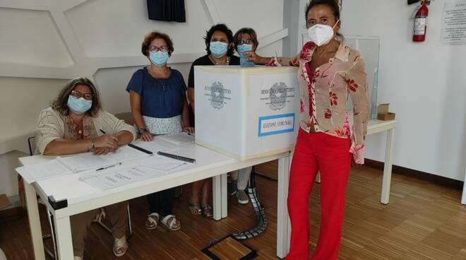Elezioni a Praiano, il voto del candidato sindaco Anna Maria Caso