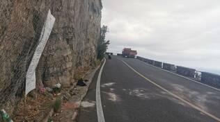 Fiori sul luogo della morte di Fernanda sulla S.S. 163 a Positano