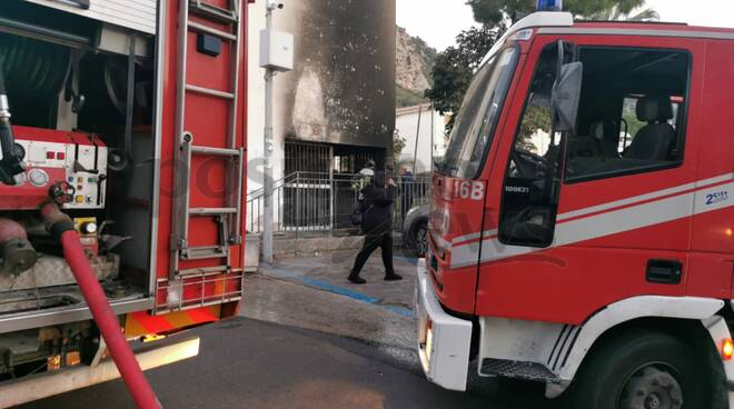 Incendio alle case popolari a Meta