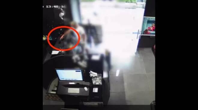 Ladro da record a Napoli: in 25 secondi entra in negozio e ruba un cellulare