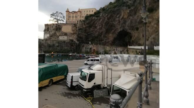 Maiori, al porto i camion con le attrezzature per la serie tv Netflix