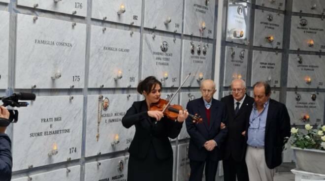 Sant'Agata sui Due Golfi. Il sobrio, intenso ed emozionante omaggio sulla tomba di Violetta Elvin Prokhorova. La musica di Tchaikovsky
