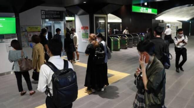 Scossa di terremoto di magnitudo 5.9 a Tokyo: venti feriti e trasporti interrotti