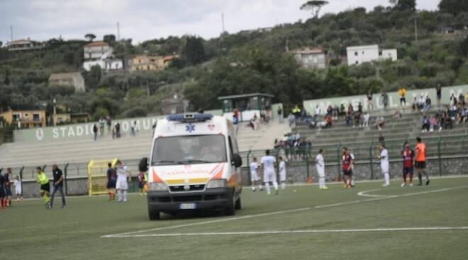 Tifosi del Massa Lubrense Calcio insultano un calciatore del Cercola vittima di infortunio