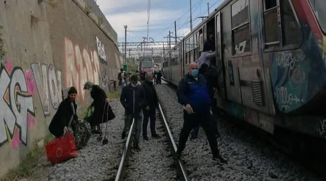 viaggiatori sui binari treno circumvesuviana Napoli